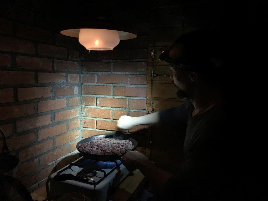 Zubereitung des Abendbrots auf der Huskytour