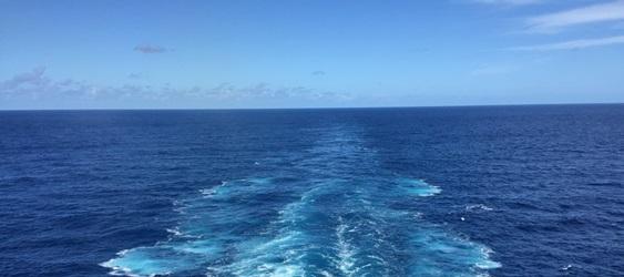 Kreuzfahrt Blick Achtern blaues Meer Gischt schäumt